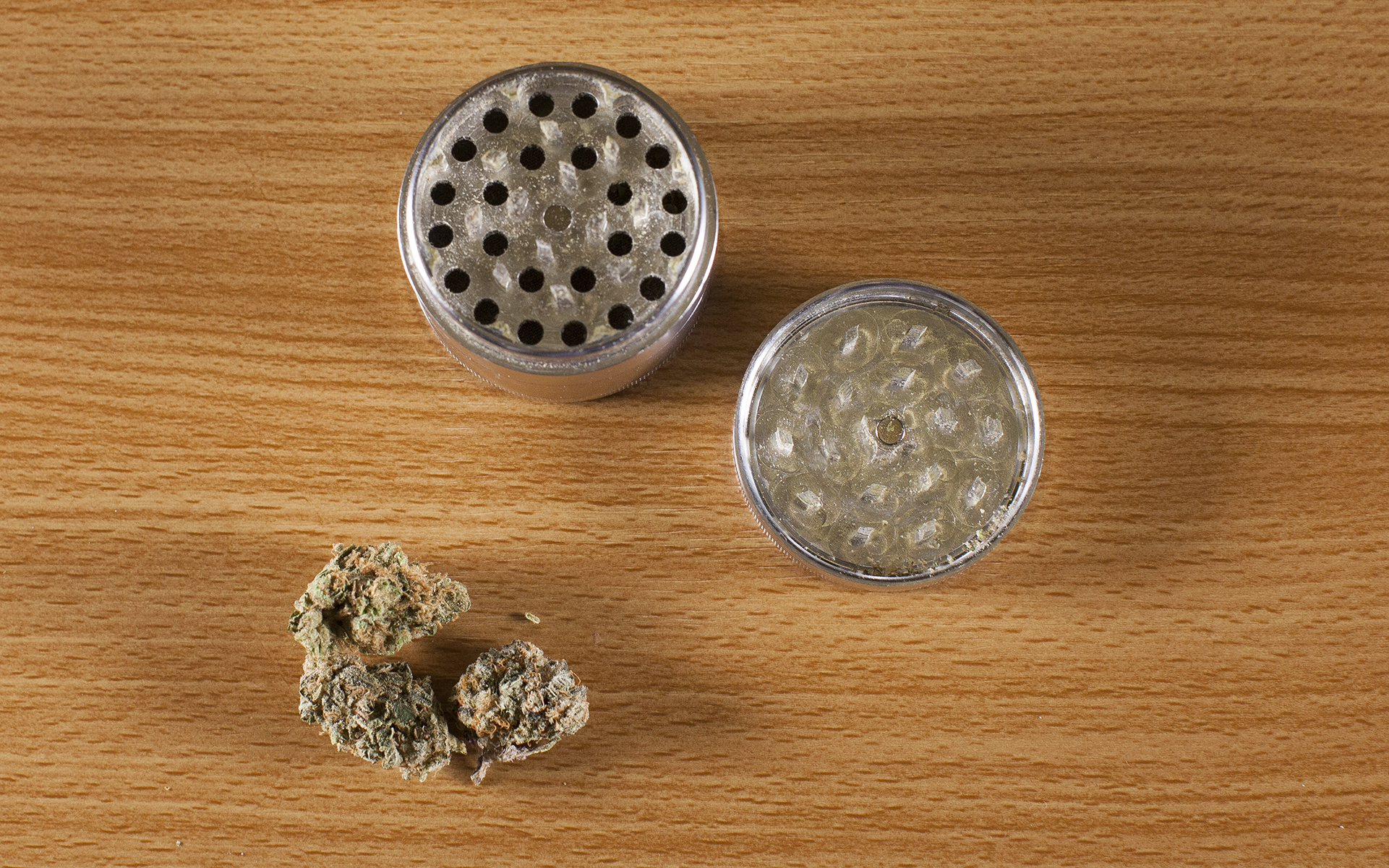 What is a Marijuana Grinder & How Do You Use It? | Leafly