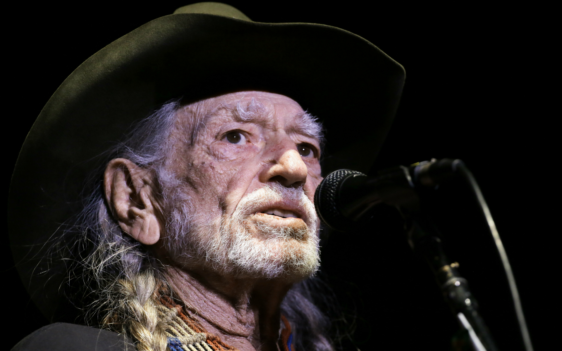 Willie Nelson Wants Loretta Lynn to Try Cannabis Again